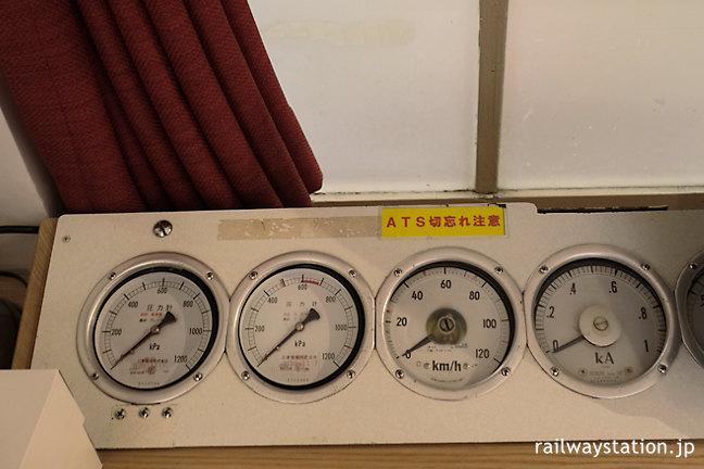 高野下駅舎ホテル「天空」室内の装飾、電車運転席の各種メーター