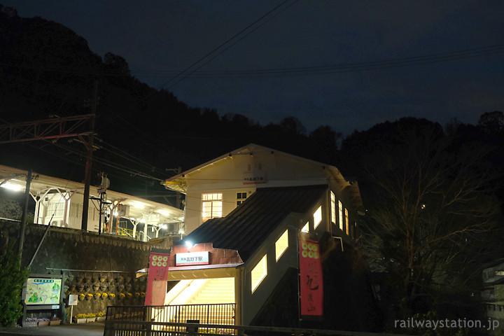 南海・高野下駅、ホテルとなった木造駅舎、夜の風景