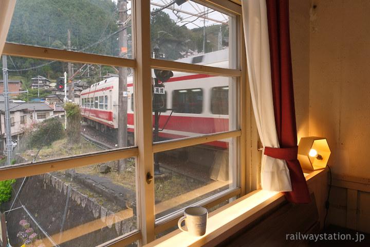 高野下駅駅舎ホテル「天空」から特急こうや通過を眺める。