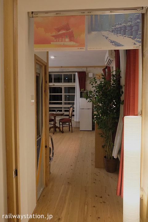 高野下駅舎ホテルの部屋「高野」、中吊り広告も