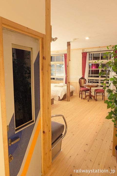 高野下駅舎ホテル「高野」南海7100系のパーツが使われた室内