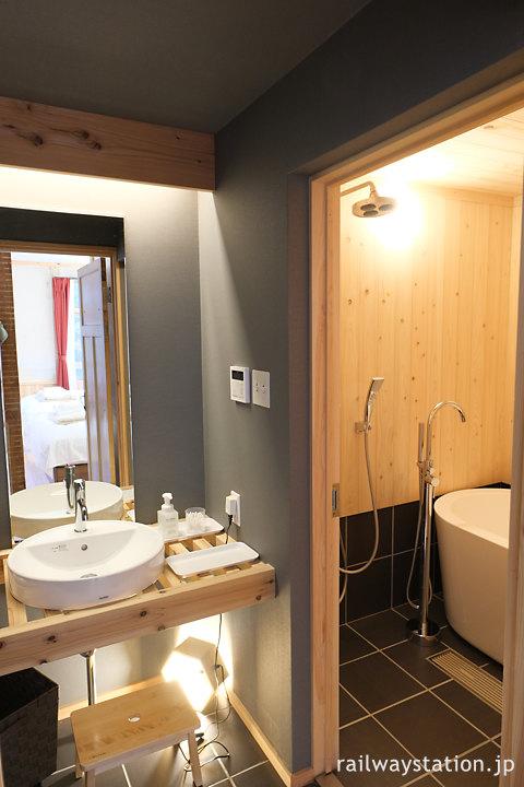高野下駅舎ホテル「高野」の洗面所とバスルーム