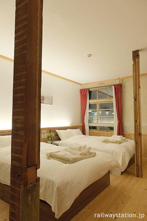 高野下駅舎ホテル「高野」古い柱を残した室内