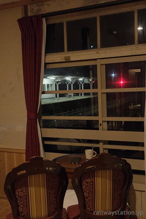 高野下駅舎ホテル「高野」椅子をトレインビュー向けに配置