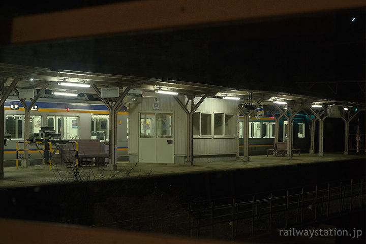 高野下駅舎ホテル、客室から眺める高野下駅ホームと列車