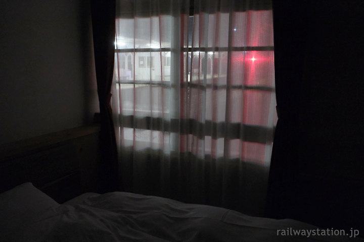 高野下駅舎ホテルの部屋「高野」から眺めるプラットホーム