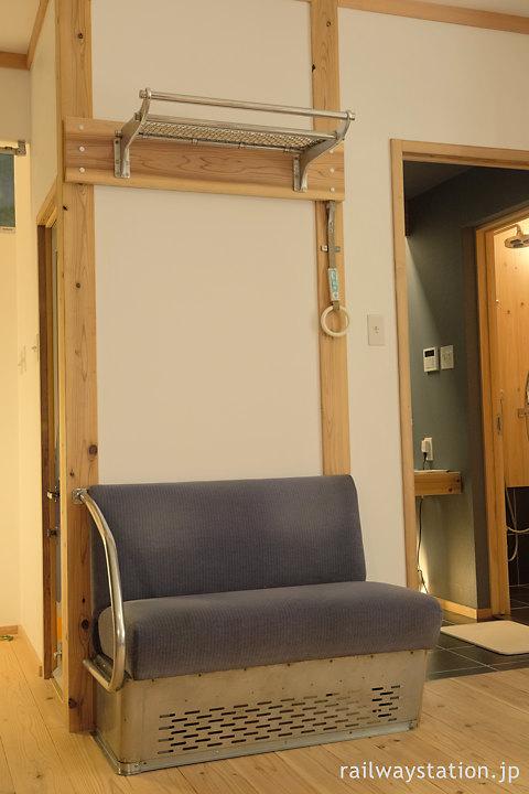 高野下駅舎ホテルの内装、7100系の座席や網棚