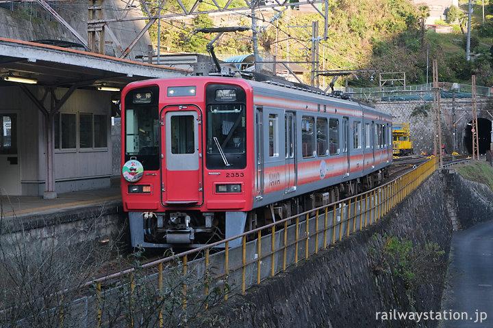 南海高野線・高野下駅、駅舎ホテル客室目の前を通る2300系電車