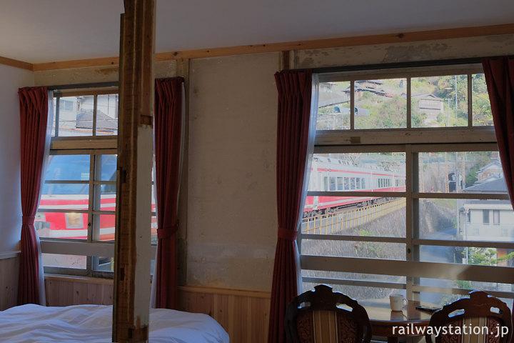 南海・高野下駅舎ホテル客室から眺めた特急こうや