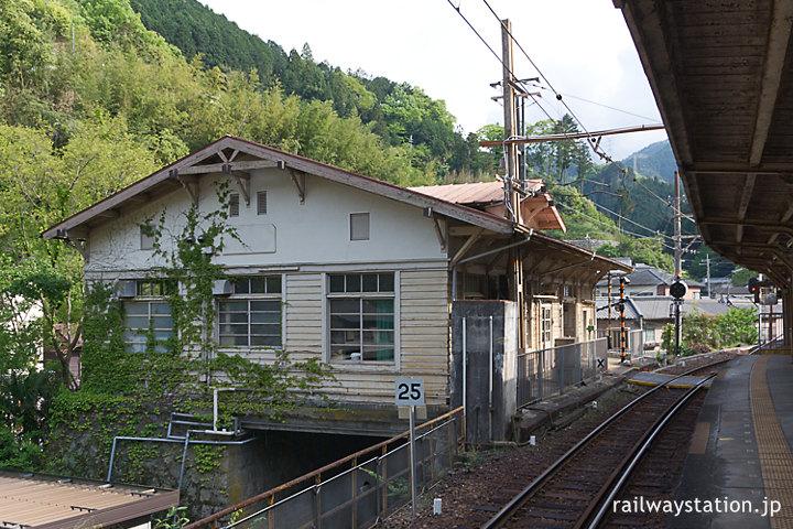 南海電鉄高野線・高野下駅、木造駅舎ホーム側