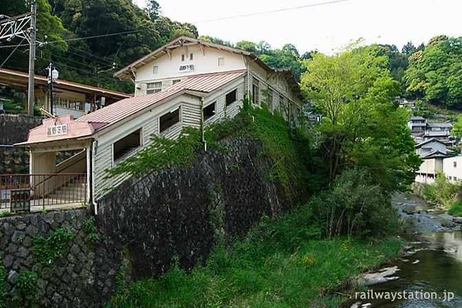 南海電鉄高野線、高野下駅、山間の集落に不動谷川が流れる