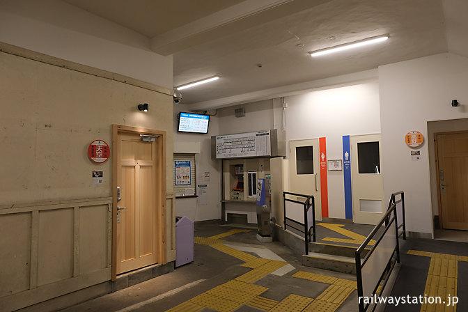 夜の高野下駅、駅舎ホテル「天空」と「高野」の出入口