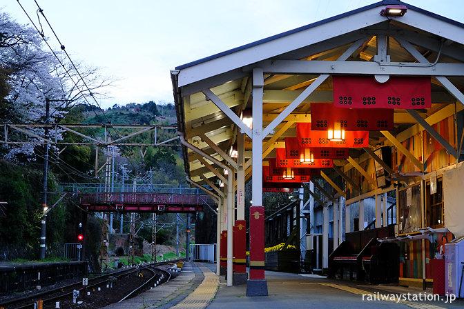 高野線九度山駅、真田の六文銭の旗掲げられるプラットホーム
