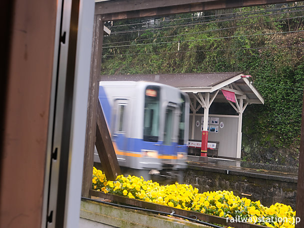 高野線・九度山駅でおにぎりを食べながら列車を眺める…