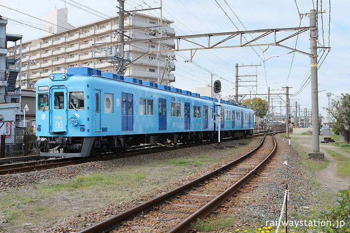 南海電鉄加太線、東松江駅を通る「めでたい電車 かい」編成