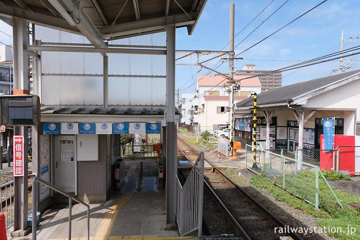 南海加太線・東松江駅、木造駅舎とホーム端の駅事務室