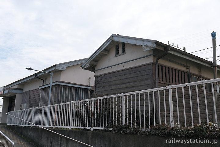 南海加太線・東松江駅、駅舎横の木造便所