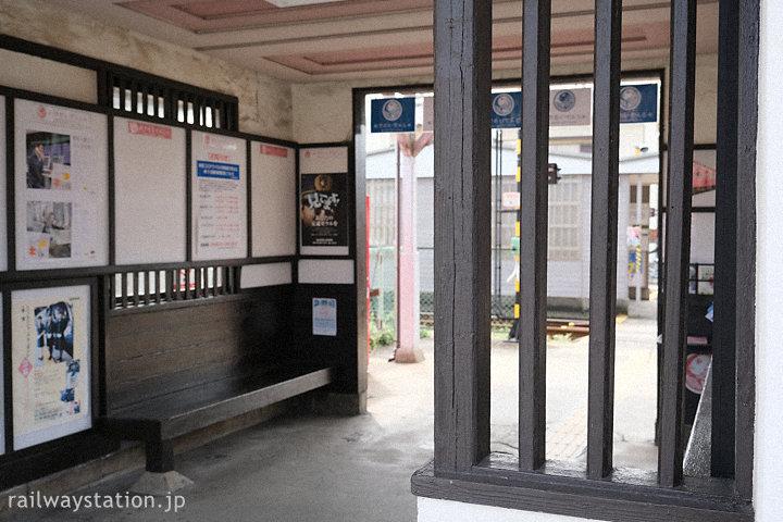 南海加太線・東松江駅の木造駅舎、待合室