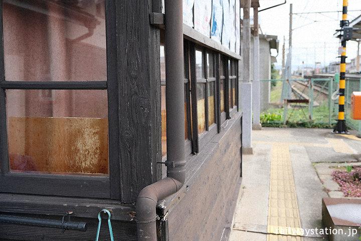 南海電鉄加太線・東松江駅、木の質感豊かな木造駅舎