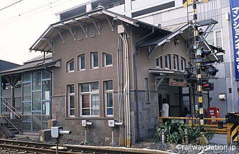 南海電鉄・本線、諏訪ノ森駅上りホーム側の西駅舎。斜め横から見る