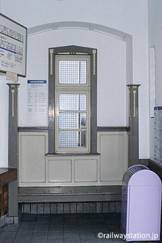 南海電鉄・本線、諏訪ノ森駅西駅舎、装飾が洒落れた作り付けの木製ベンチ。