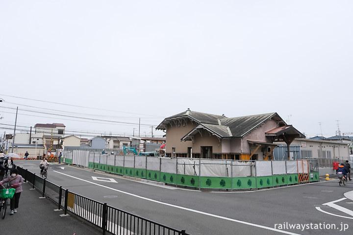堺市、南海本線の高架化工事中の諏訪ノ森駅。曳家後の西駅舎