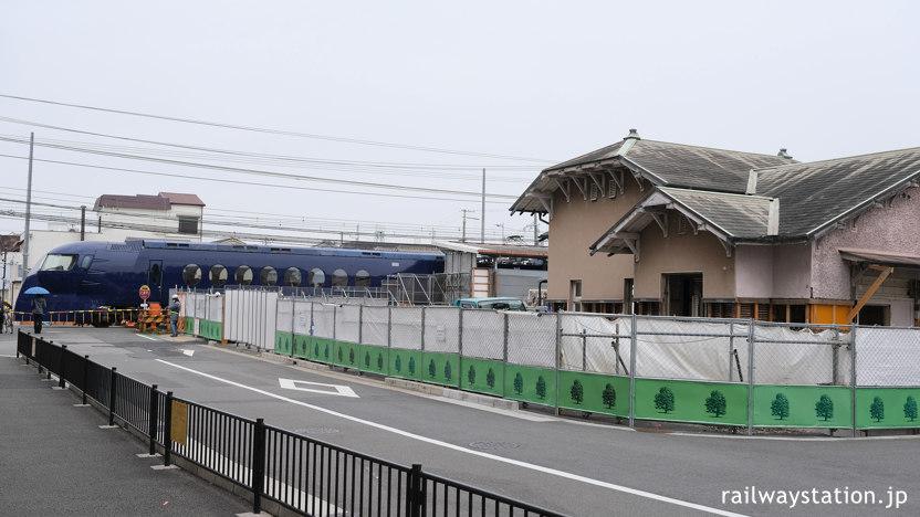 南海本線、高架化工事中の諏訪ノ森駅、特急ラピートが通過