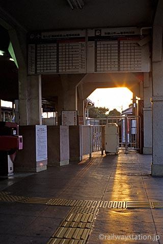 南海電鉄本線・淡輪駅、夕日が改札口を染めてゆく