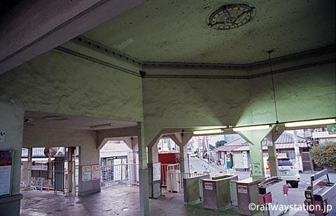 南海電鉄・淡輪駅の駅舎、改札内の待合ホール