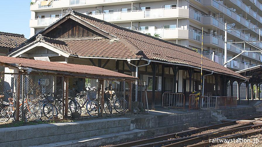 近江鉄道本線・彦根口駅、大正の開業当初からと思われる木造駅舎