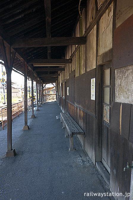 近江鉄道・彦根口駅、回廊のような軒がある駅舎ホーム側