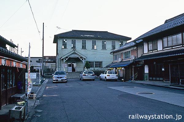 滋賀県東近江市、近江鉄道・新八日市駅舎と駅前