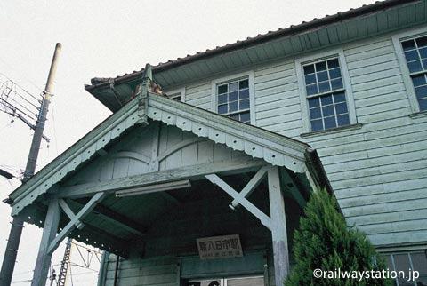 近江鉄道・新八日市駅舎、洋風の装飾が印象的な車寄せ
