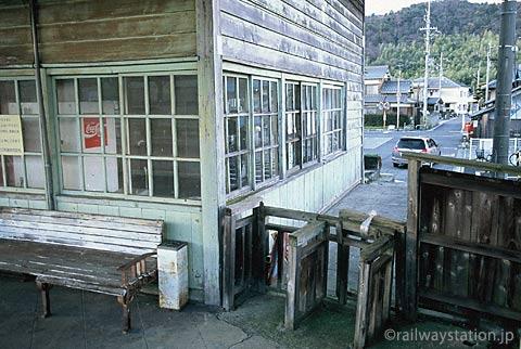 近江鉄道・新八日市駅、木製ラッチが残る駅舎外の改札口跡。
