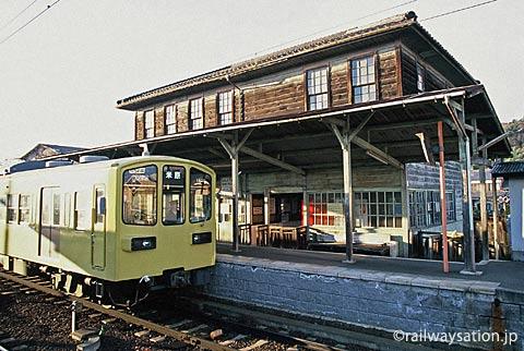 近江鉄道、新八日市駅の木造駅舎と800系電車