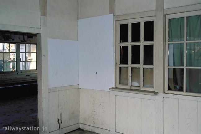 近江鉄道・新八日市駅舎、旧特等待合室の窓口跡