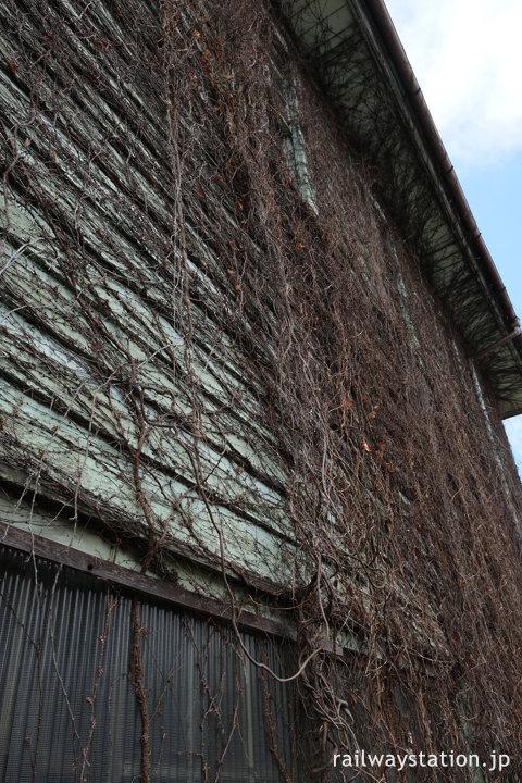 近江鉄道八日市線・新八日市駅、蔦で覆われた木造駅舎