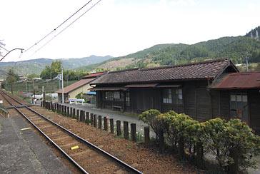 大井川鉄道・青部駅ホームと少し離れて位置する木造駅舎
