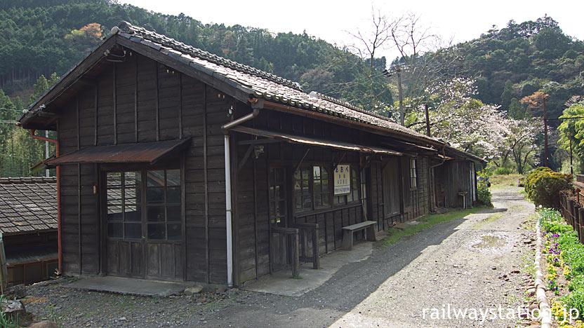 静岡県川根本町にある大井川鉄道・青部駅の木造駅舎