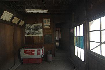 大井川鉄道・青部駅の木造駅舎、旧駅事務室内部