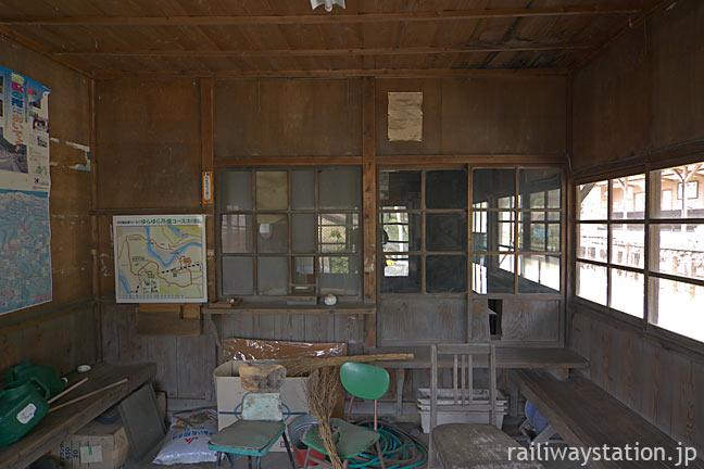大井川鉄道・青部駅の木造駅舎、雑然とした待合室と窓口跡