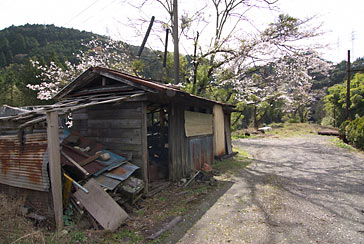 大井川鉄道・青部駅、駅構内片隅の木造の廃倉庫