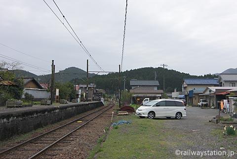 地名駅、プラットホームと周囲の風景