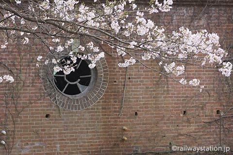 地名駅近く、レンガ造りの発電所跡と桜