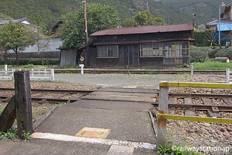 大井川鉄道・地名駅、構内通路と木造建築物