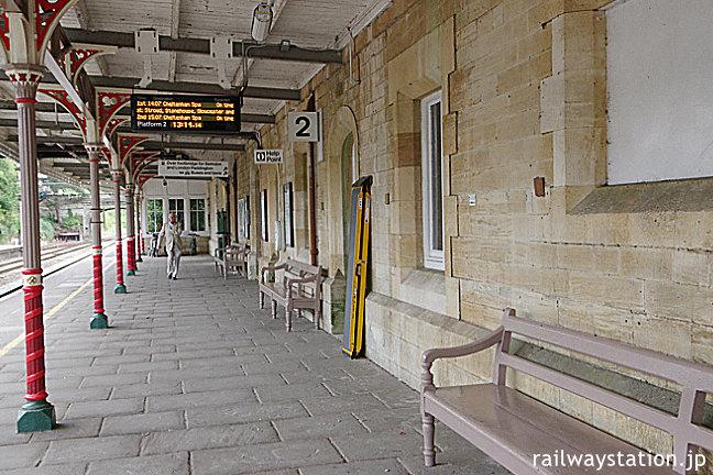 ケンブル駅、ライムストーンの壁が印象的なホーム