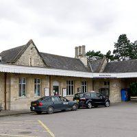 イギリス・イングランドにあるケンブル駅、ライムストーンが印象的な石造り駅舎