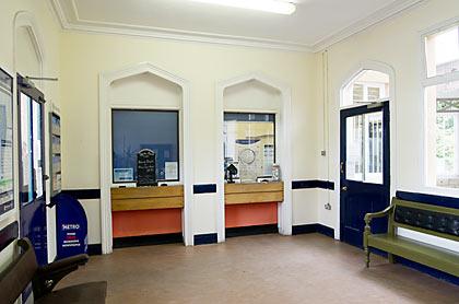 ケンブル駅の駅舎内、切符売場・待合室