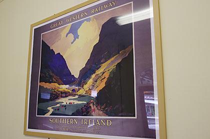 ケンブル駅待合室に飾られたグレートウェスタン鉄道のポスター