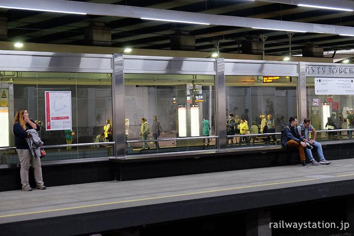 モスクワ地下鉄4号線、14号線と交わるクトゥーゾフスカヤ駅